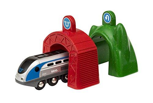 BRIO World 33834 Smart Tech Zug mit Actiontunnels – Elektrische Lokomotive mit Licht- & Sound-Effekten – Interaktives Spielzeug empfohlen ab 3 Jahren