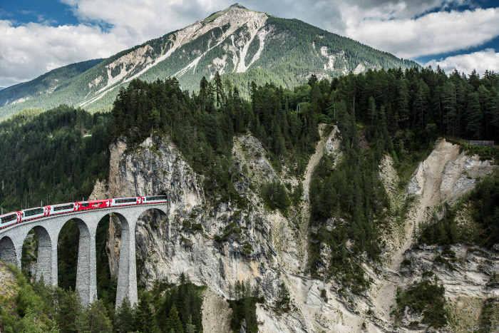 Glacier Express auf Landwasserviadukt