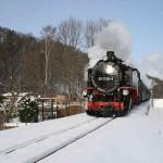 Zug der Weisseritztalbahn bei Dippoldiswalde im Winter