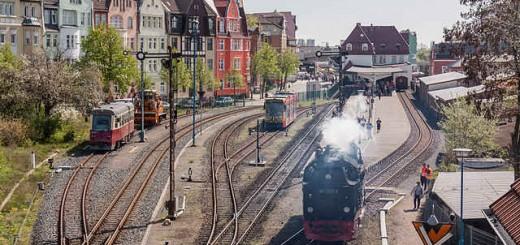 Zug der Harzquerbahn bei der Ausfahrt aus Nordhausen Nord