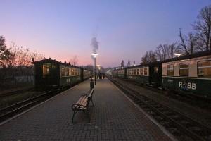 Rasender Roland: Bahnhof Binz in der Abenddämmerung