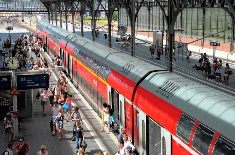 Dosto als RE zwischen Lübeck und Hamburg im Einsatz - am Bahnsteig in Lübeck Hbf