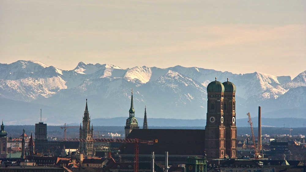 München - Frauenkirche mit Alpen-Kulisse
