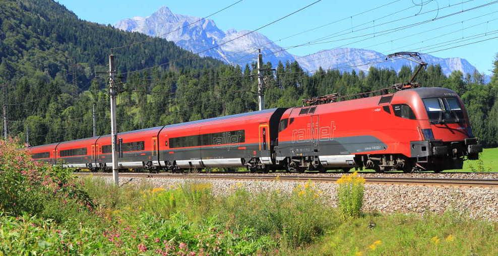 Bahn Österreich - ÖBB Railjet vor Alpen-Panorama