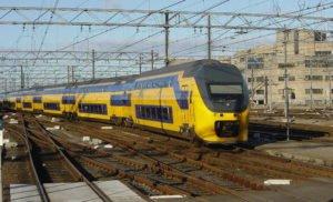 Bahn Niederlande - IC Nederlandse Spoorwegen bei der Einfahrt in den Bahnhof Utrecht