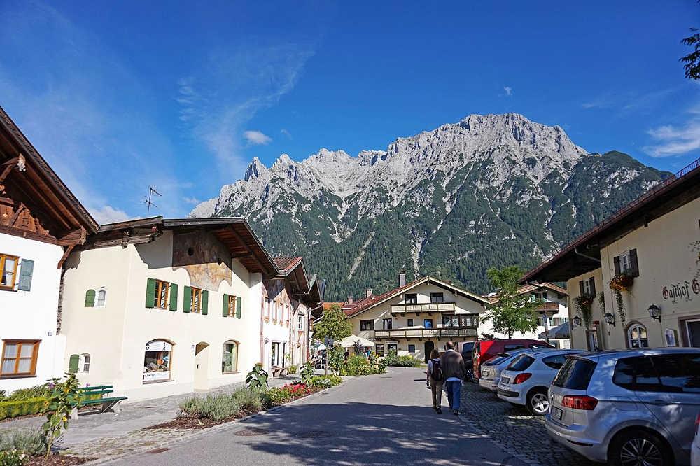 Karwendelbahn - Blick von Mittenwald zur Karwendelspitze