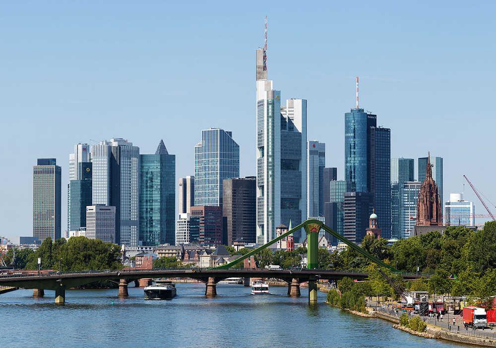 Bahn und Hotel Frankfurt - Skyline