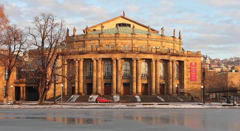 Bahn und Hotel Stuttgart - Opernhaus Stuttgart