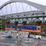 Schwebebahn Wuppertal über Straße