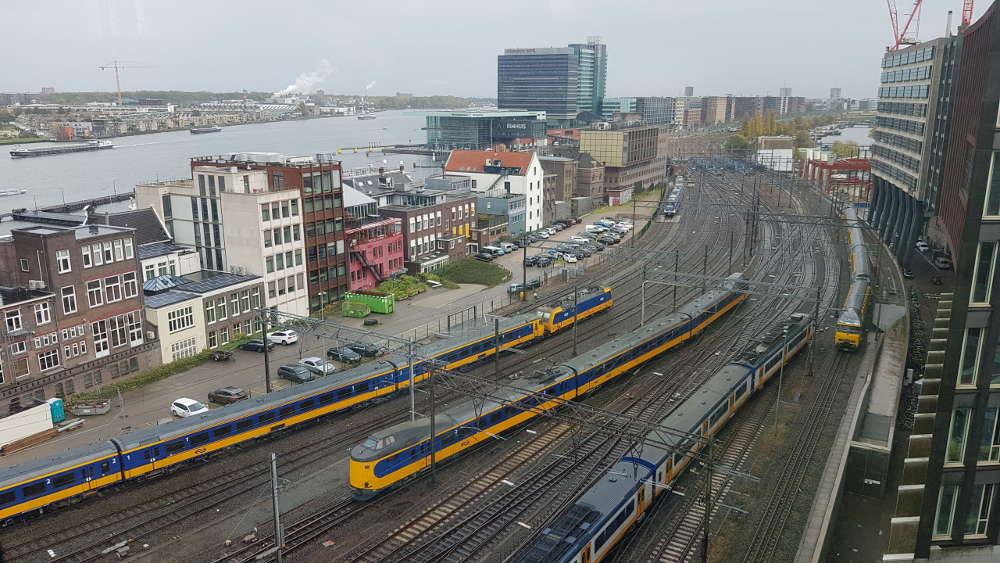 Bahn Niederlande - Zugverkehr kurz vor Amsterdam Centraal
