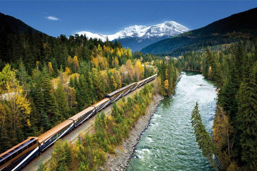 Rocky Mountaineer - Zugreise durch Kanada - Luftaufnahme mit Fluss