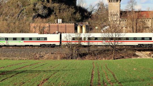 Deutsche Bahn - ICE grün - Burgruine Altenburg
