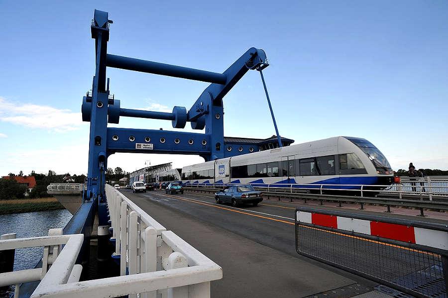 Bahn-Urlaub Usedom - Peene-Hubbbrücke Wolgast mit Zug der Usedomer Bäderbahn UBB
