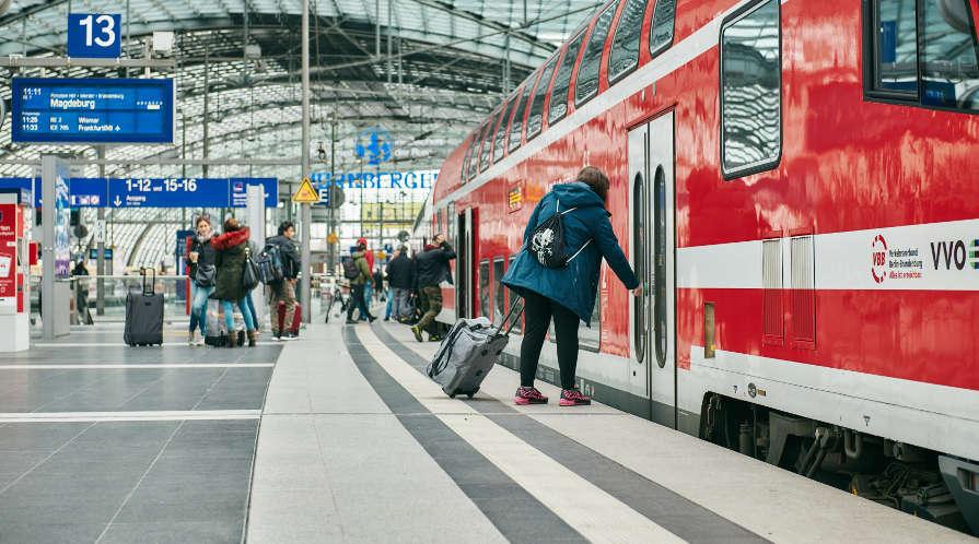 Reisende besteigen den RE 1 im Hauptbahnhof Berlin am 19.93.2020