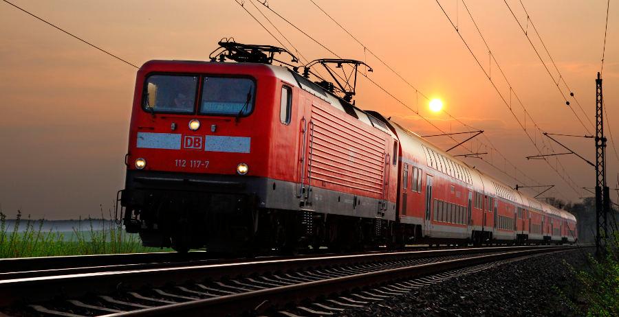 DB Regio - Doppelstockwagen (Dosto) mit E-Llok der Baureihe 112 in der Abenddämmerung