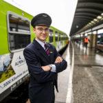 Alpen-Sylt-Nachtexpress NEX - Zugbegleiter im Bahnhof
