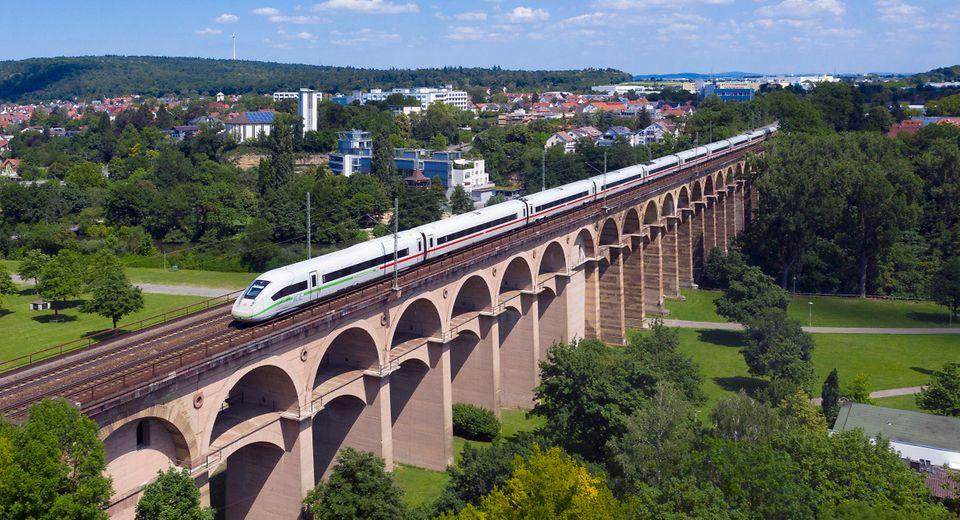 Deutsche Bahn ICE grün auf Brücke